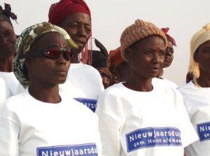 Enkele vrouwen van Kandiga in de t-shirts van een van de sponsoren; de Nieuwjaarsduik van Horst (2009).